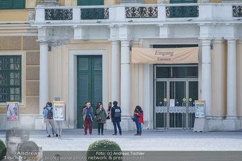 Coronavirus COVID-19 Feautre - Wien - Do 12.03.2020 - Wenige Touristen vor verschlossenen Toren, Eingang, Besichtigung11