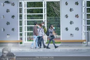 Coronavirus COVID-19 Feautre - Wien - Do 12.03.2020 - Touristen mit Atemschutzmasken vor Schloss Schönbrunn, nichts l13