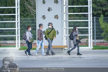 Coronavirus COVID-19 Feautre - Wien - Do 12.03.2020 - Touristen mit Atemschutzmasken vor Schloss Schönbrunn, nichts l14
