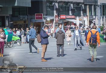 Coronavirus COVID-19 Feautre - Wien - Do 12.03.2020 - Tourist mit Atemschutzmaske am Stephansplatz45
