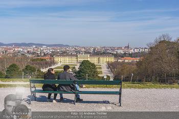 Corona Lokalaugenschein - Wien - Mo 16.03.2020 - Liebespärchen auf Bank bei Gloriette mit Blick auf Schloss Sch22