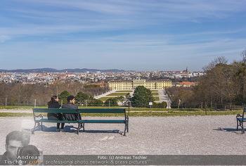 Corona Lokalaugenschein - Wien - Mo 16.03.2020 - Liebespärchen auf Bank bei Gloriette mit Blick auf Schloss Sch24