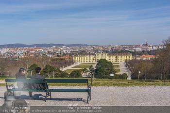 Corona Lokalaugenschein - Wien - Mo 16.03.2020 - Liebespärchen auf Bank bei Gloriette mit Blick auf Schloss Sch25