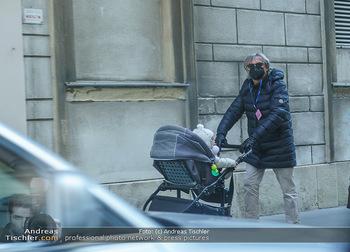 Corona Lokalaugenschein - Wien - Mo 16.03.2020 - Spaziergänger mit Schutzmaske schiebt Kinderwagen mit Baby ohne31