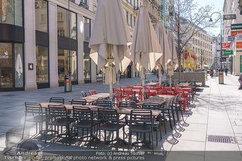 Corona Lokalaugenschein - Wien - Mo 16.03.2020 - Leere Tische und Sessel in der Gastronomie kurz vor der endgült33