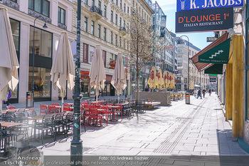 Corona Lokalaugenschein - Wien - Mo 16.03.2020 - Leere Tische und Sessel in der Gastronomie kurz vor der endgült34