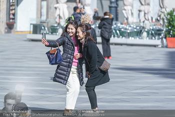 Corona Lokalaugenschein - Wien - Mo 16.03.2020 - die letzten Touristen machen Selfies vor dem Stephansdom, Corona35