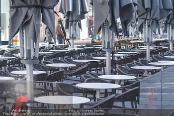 Corona Lokalaugenschein - Wien - Mo 16.03.2020 - Leere Tische und Sessel in der Gastronomie kurz vor der endgült44