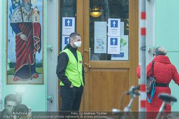 Corona Lokalaugenschein - Wien - Mo 16.03.2020 - Securitymitarbeiter mit Atemschutzmaske50