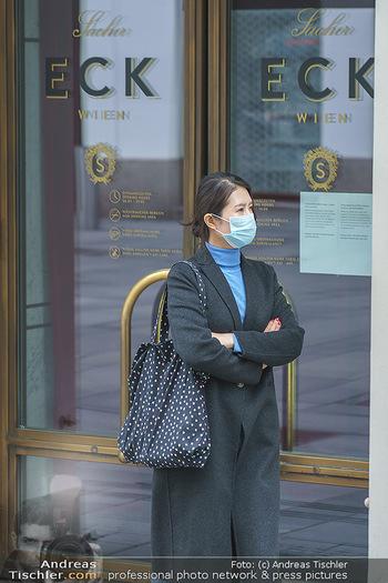 Corona Lokalaugenschein - Wien - Di 17.03.2020 - vereinzelt Menschen Touristen mit Atemschutzmaske, vor dem Sache4