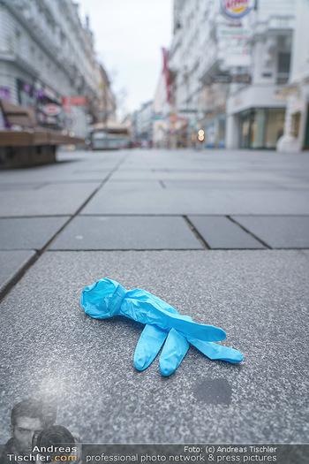 Corona Lokalaugenschein - Wien - Di 17.03.2020 - weggeworfener Schutzhandschuh auf der Kärntnerstraße Wien, Ein5