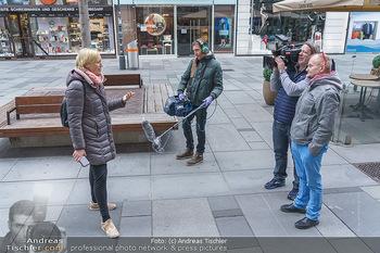 Corona Lokalaugenschein - Wien - Di 17.03.2020 - ORF Kamerateam interviewt Birgit FENDERL (zufällig angetroffen)24