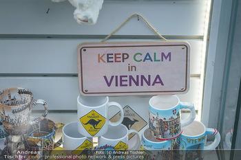 Corona Lokalaugenschein - Wien - Di 17.03.2020 - Schild in Auslage ´keep calm in Vienna´ - Ruhe bewahren, Panik25