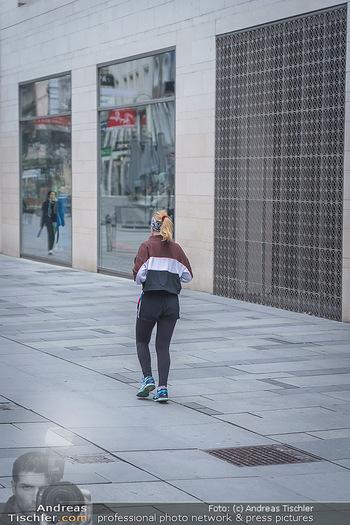 Corona Lokalaugenschein - Wien - Di 17.03.2020 - Joggerin Läuferin läuft durch die Kärntnerstraße, outdoor Sp27