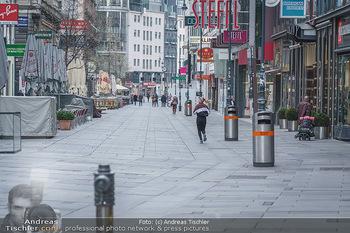 Corona Lokalaugenschein - Wien - Di 17.03.2020 - Joggerin Läuferin läuft durch die Kärntnerstraße, outdoor Sp28