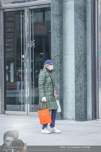 Corona Lokalaugenschein - Wien - Di 17.03.2020 - Passant Passantin mit Einkaufstasche am Stephansplatz mit Atemsc36