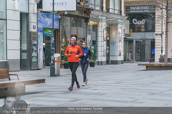 Corona Lokalaugenschein - Wien - Di 17.03.2020 - Joggerinnen Läuferinnen laufen durch die Kärntnerstraße, outd48