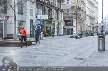 Corona Lokalaugenschein - Wien - Di 17.03.2020 - Joggerinnen Läuferinnen laufen durch die Kärntnerstraße, outd49
