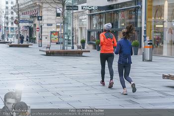 Corona Lokalaugenschein - Wien - Di 17.03.2020 - Joggerinnen Läuferinnen laufen durch die Kärntnerstraße, outd50