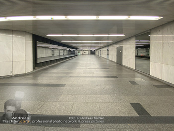 Corona Lokalaugenschein - Wien - Di 17.03.2020 - UBahn U-Bahn Station Karlsplatz U1 U2 U4 wenig Betrieb Wiener Li65