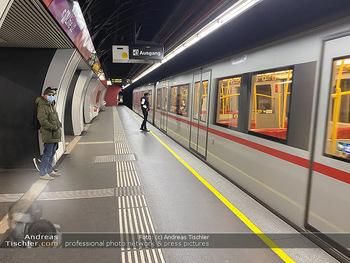 Corona Lokalaugenschein - Wien - Di 17.03.2020 - UBahn U-Bahn Station Karlsplatz U1 U2 U4 wenig Betrieb Wiener Li72