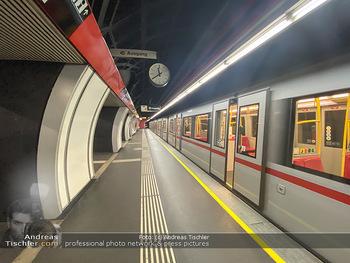 Corona Lokalaugenschein - Wien - Di 17.03.2020 - UBahn U-Bahn Station Karlsplatz U1 U2 U4 wenig Betrieb Wiener Li75