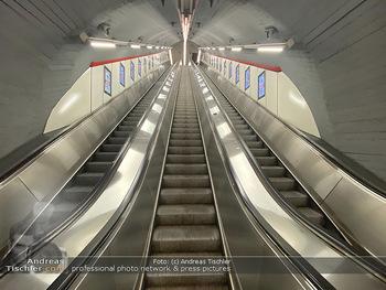 Corona Lokalaugenschein - Wien - Di 17.03.2020 - UBahn U-Bahn Station Karlsplatz U1 U2 U4 wenig Betrieb Wiener Li76