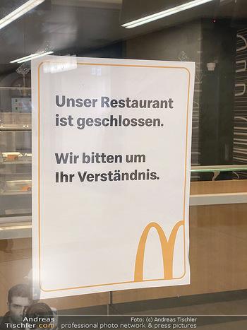 Corona Lokalaugenschein - Wien - Di 17.03.2020 - McDonalds Restaurant geschlossen U-Bahn Station Karlsplatz wegen79