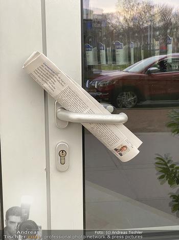Corona Lokalaugenschein - Wien - Di 17.03.2020 - geschlossen wegen Coronavirus Pandemie, Zeitung auf Türklinke, 81