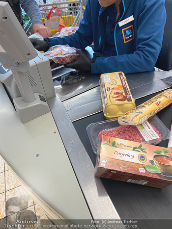 Corona Lokalaugenschein - Wien - Di 17.03.2020 - Supermarktkassier Kassierer Kassiererin trägt Handschuhe Schutz92