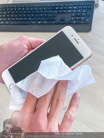 Corona Feature - Wien - Do 19.03.2020 - Desinfiszieren Desinfektionsmittel Reiningen Handy Mobiltelefon 1