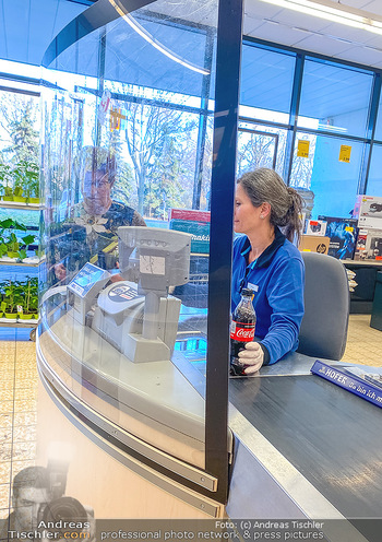 Corona Feature - Wien - Do 19.03.2020 - Plexiglas Schutz für Verkäuferinnen Kassiererin im Supermarkt 9