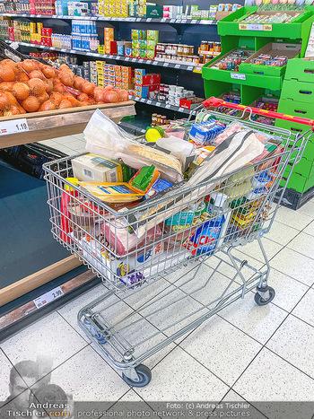 Corona Feature - Wien - Do 19.03.2020 - Einkaufen Hamsterkauf voller Einkaufswagen wegen Coronavirus Wir10