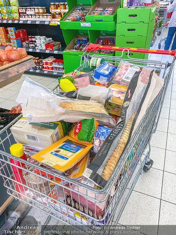 Corona Feature - Wien - Do 19.03.2020 - Einkaufen Hamsterkauf voller Einkaufswagen wegen Coronavirus Wir11
