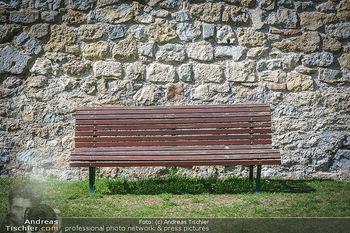 Fototour Großraum Hainburg - Hainburg, Carnuntum - Fr 27.03.2020 - Parkbank in Park vor Steinmauer in der Sonne, gemütlich, relaxe21