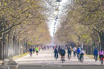 Corona Feature - Wien, NÖ - So 05.04.2020 - Großer Andrang Spaziergänger Jogger Läufer Radfahrer Coronavi29