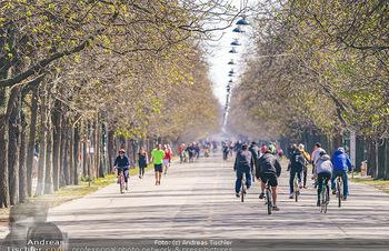 Corona Feature - Wien, NÖ - So 05.04.2020 - Großer Andrang Spaziergänger Jogger Läufer Radfahrer Coronavi30