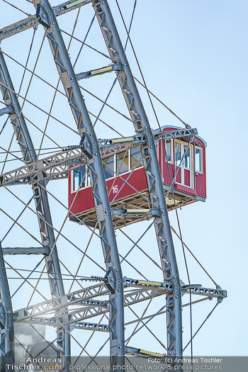 Corona Feature - Wien, NÖ - So 05.04.2020 - Wiener Riesenrad rote Gondeln Gondel blauer Himmel Touristen Tou32