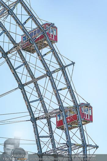 Corona Feature - Wien, NÖ - So 05.04.2020 - Wiener Riesenrad rote Gondeln Gondel blauer Himmel Touristen Tou33