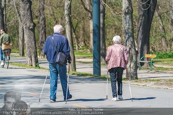 Corona Feature - Wien, NÖ - So 05.04.2020 - Senioren Spaziergänger Coronavirus Ausgangssperre Frühlingswet38