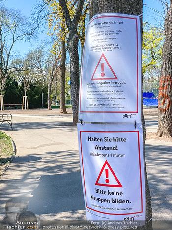 Corona Feature - Wien, NÖ - So 05.04.2020 - Hinweisschild im Stadtpark wegen Coronavirus Covid-19 Pandemie E62
