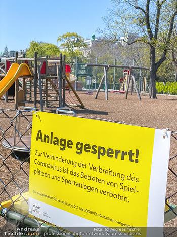 Corona Feature - Wien, NÖ - So 05.04.2020 - abgesperrter Kinderspielplatz im Stadtpark wegen Coronavirus Cov67