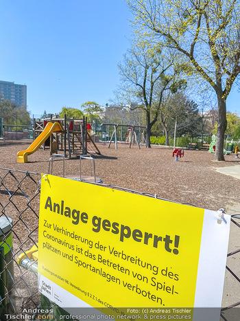 Corona Feature - Wien, NÖ - So 05.04.2020 - abgesperrter Kinderspielplatz im Stadtpark wegen Coronavirus Cov69