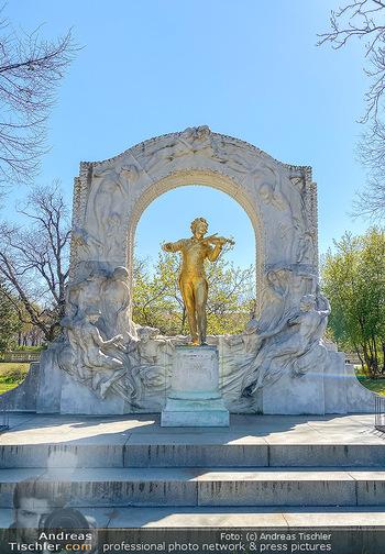 Corona Feature - Wien, NÖ - So 05.04.2020 - Johann Strauß Strauss Denkmal im Wiener Stadtpark Wien beim Kur80
