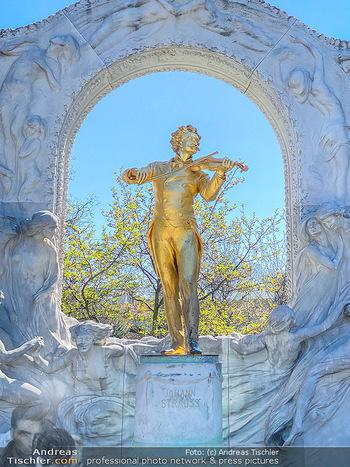 Corona Feature - Wien, NÖ - So 05.04.2020 - Johann Strauß Strauss Denkmal im Wiener Stadtpark Wien beim Kur81
