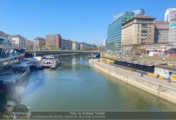 Corona Feature - Wien, NÖ - So 05.04.2020 - Leere geschlossene Lokale Geschäfte Wien am Donaukanal menschen87