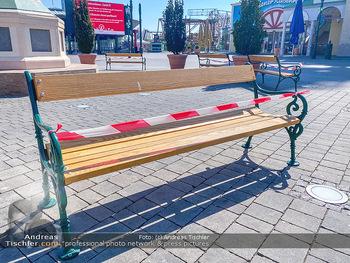 Corona Feature - Wien, NÖ - So 05.04.2020 - gesperrte Parkbank im Wiener Wurstelprater keine Touristen Coron96