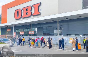 Schlange vorm OBI - OBI Triesterstraße - Di 14.04.2020 - Kunden Andrang Wiedereröffnung der Gartencenter und Baumärkte,1