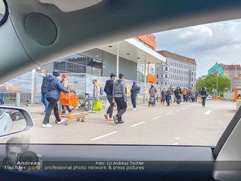 Schlange vorm OBI - OBI Triesterstraße - Di 14.04.2020 - Kunden Andrang Wiedereröffnung der Gartencenter und Baumärkte,2