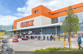 Schlange vorm OBI - OBI Triesterstraße - Di 14.04.2020 - Kunden Andrang Wiedereröffnung der Gartencenter und Baumärkte,3